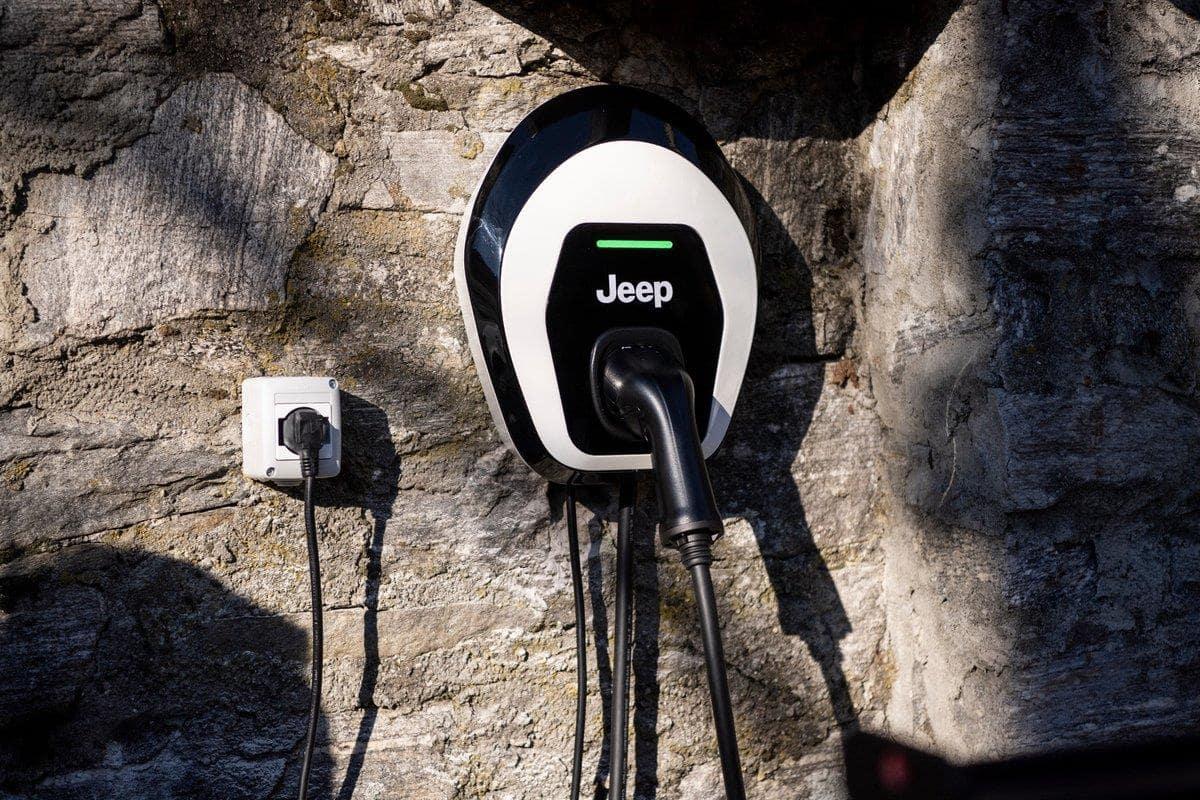 Gutschein für eine Jeep Wallbox zum Aufladen von Plug-In-Hybrid Modellen
